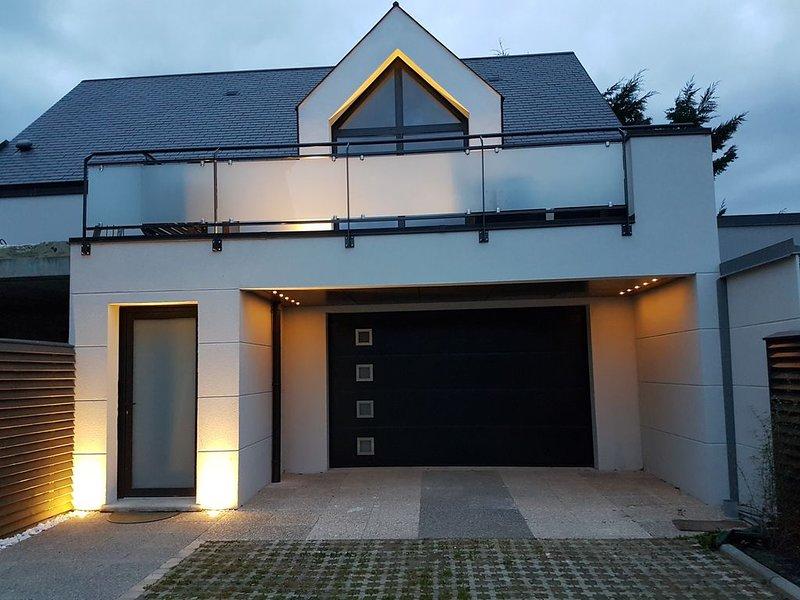 Appartement neuf 1er étage 800m de la mer, holiday rental in Regneville-sur-Mer