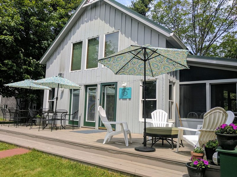Sunny Oaks Cottage. Cozy comfort in town. Wifi. Beautiful, clean and sunny., holiday rental in Beaver Island