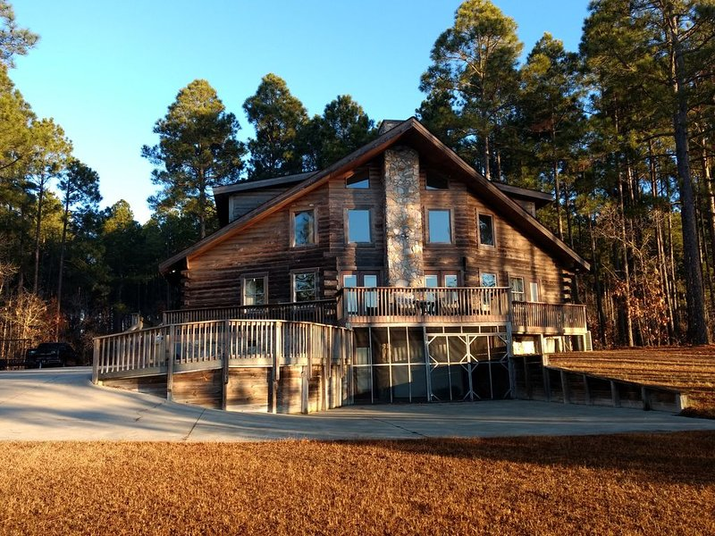 Luxurious Log Cabin on the lake! Get away from it all to 'The Hideaway'!, location de vacances à White Lake
