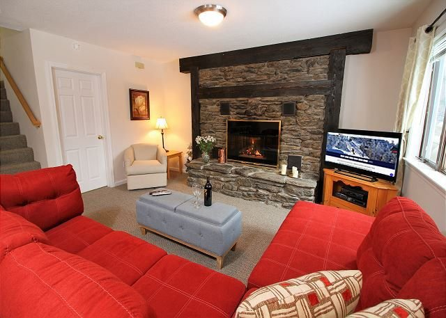 Spacious Northbrook 3 townhouse only 2 miles from restaurants & nightlife, vacation rental in Barnard