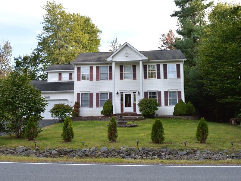 Luxurious Villa in Pocono Mountains near Camelback w Hot Tub & Games Room, vacation rental in Tobyhanna