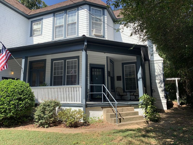 Beautifully Furnished Downtown 1 BR, 1Ba Apartment 1870's Historic District, holiday rental in Kernersville