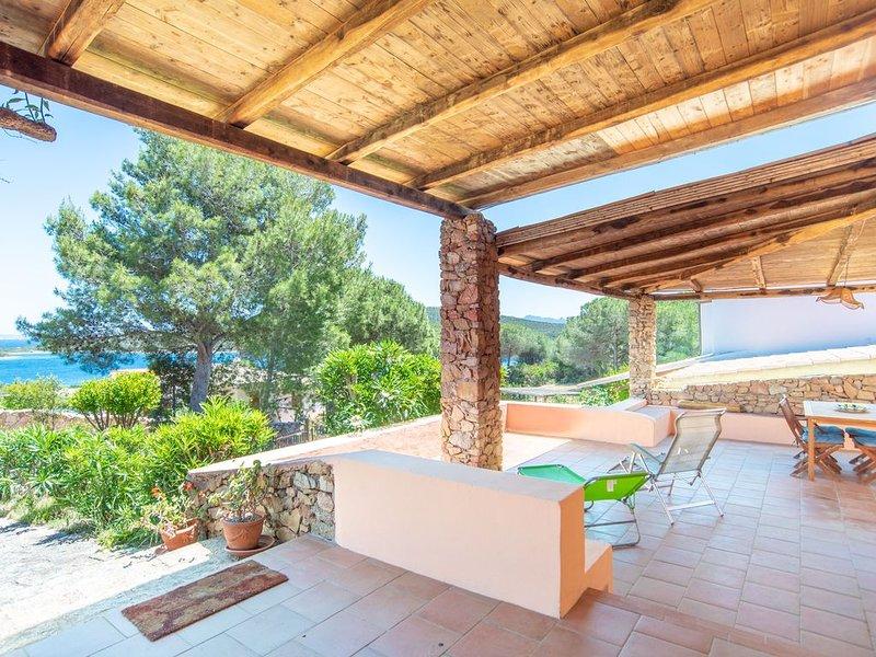 Mediterranes Ferienhaus mit Garten, Terrasse und Meerblick; Parkplätze vorhanden, holiday rental in Santa Teresa Gallura