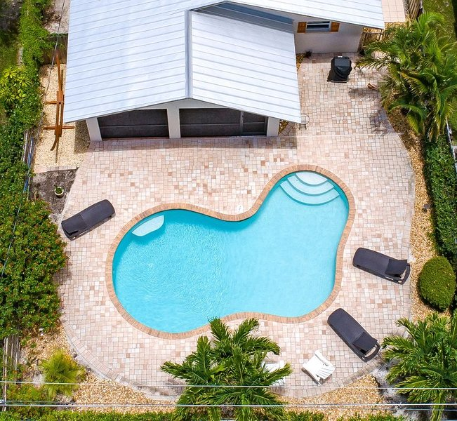 New South facing heated pool, all new furniture, walk or bike to beach, holiday rental in Naples