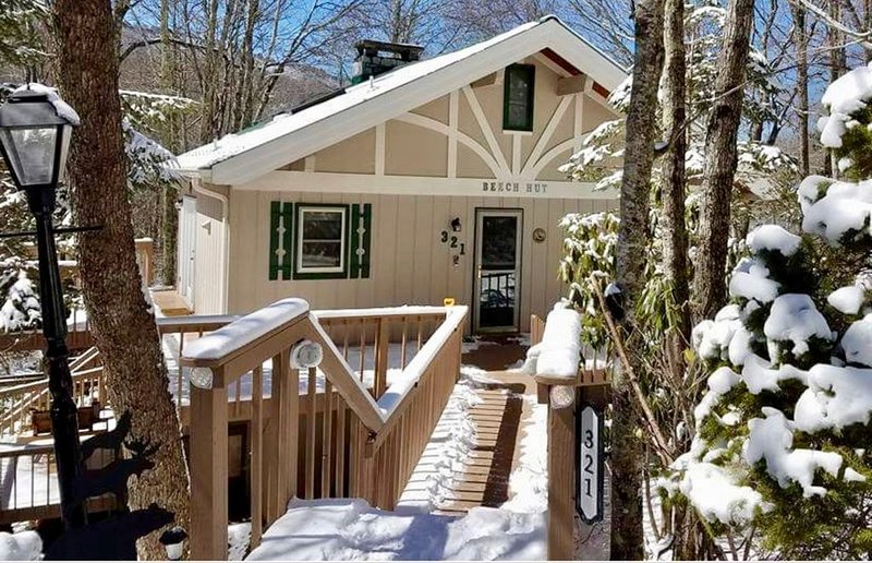Babbling brooks, ski resort 1.2miles away and hiking trails right out back, holiday rental in Beech Mountain