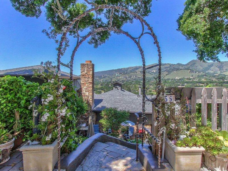 Entrée de la maison principale avec vue sur la vallée, patios, terrasse.