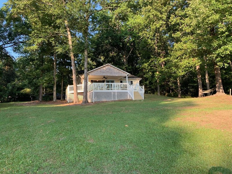 Charming Lakefront Cottage with Large Decks and Dock, and Boat Ramp, holiday rental in Milledgeville