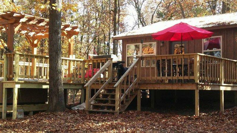 Cozy Cabin off the Arkansas River w/ Hot Tub!, aluguéis de temporada em Coal Hill