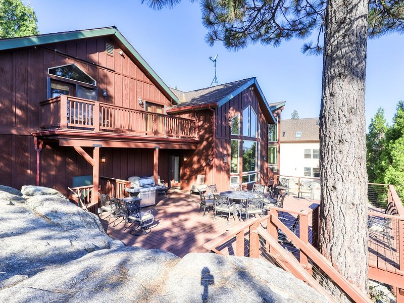 Custom-built  family mountain home w/game room, jetted tub, and sweeping views, vacation rental in Shaver Lake