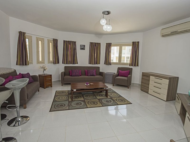 Luxury 2 Bed/2bath Apt In The Popular Regency Towers Hurghada, alquiler vacacional en Hurghada