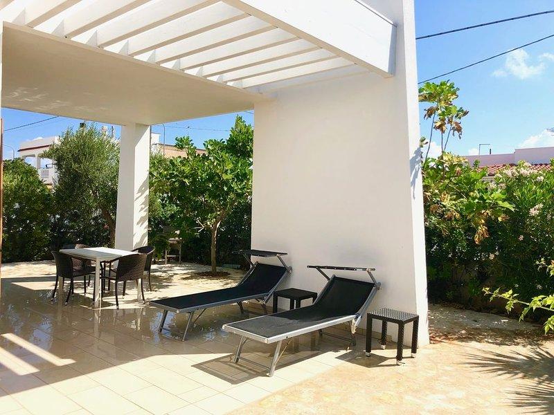 Nagelneues, modern-mediterranes Ferienhaus am Meer mit Dachterrasse u. Meerblick, holiday rental in Marina Di Ostuni