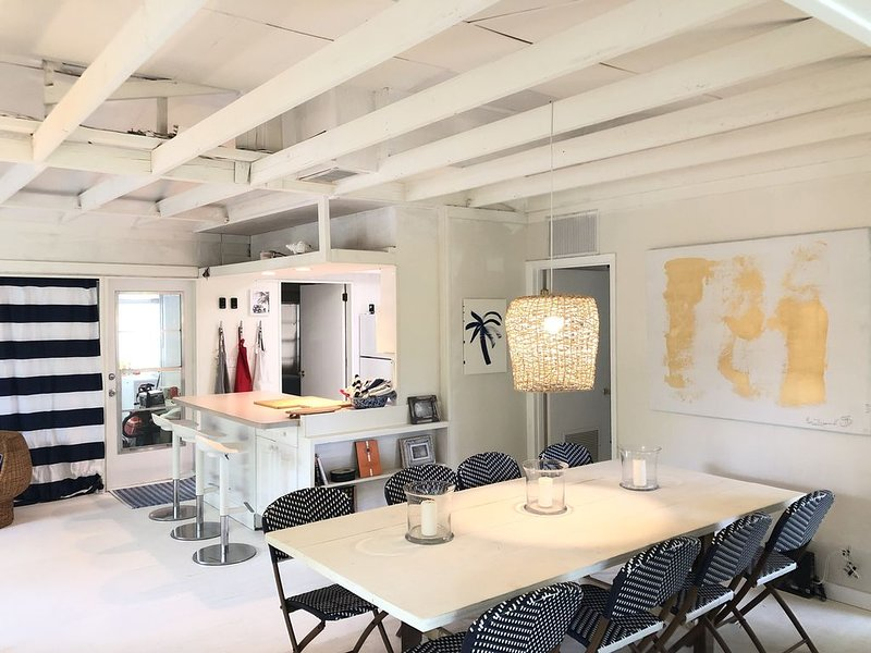 Chic Sunny Beach House less than a Mile from Nokomis Beach, holiday rental in Laurel