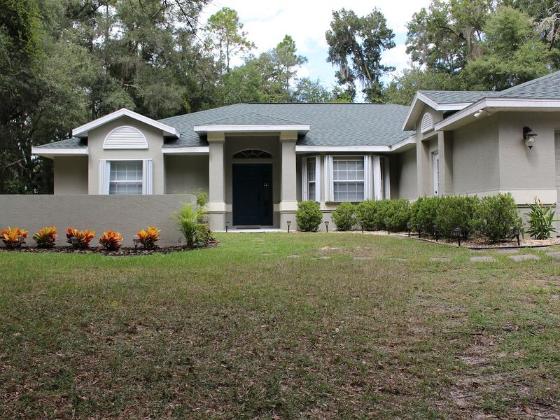 Peace and Relaxation near the Rainbow River-3/2 Pool home – semesterbostad i Dunnellon