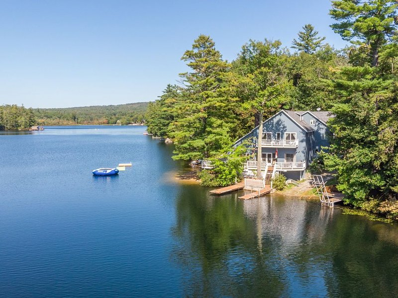Beautiful waterfront home on Lake Winnisquam with pool table and dock, casa vacanza a New Hampton