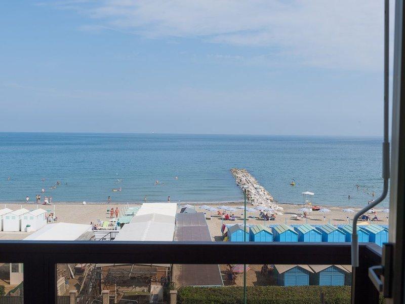 GRANDE APPARTAMENTO SOLARIUM BLU FRONTE MARE VISTA SPLENDIDA 3 CAMERE DOPPIE F, alquiler de vacaciones en City of Venice