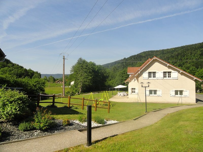 Maison spacieuse  ****   avec Piscine exclusive , 5 chambres, vacation rental in Le Thillot
