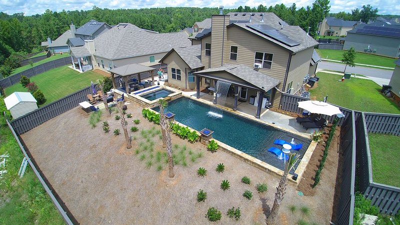Year round rental! Pool, Hot Tub, Porch, Grill, Gym, and Tanning Bed!, casa vacanza a North Augusta