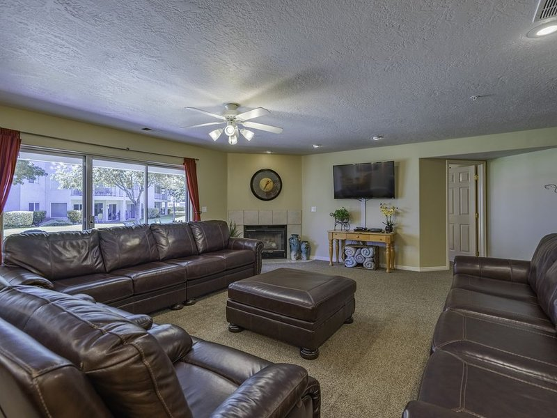 CLEAN ! SPACIOUS GROUND FLOOR FAMILY UNIT + RESORT ACCESS COME RELAX IN COMFORT, alquiler vacacional en Saint George