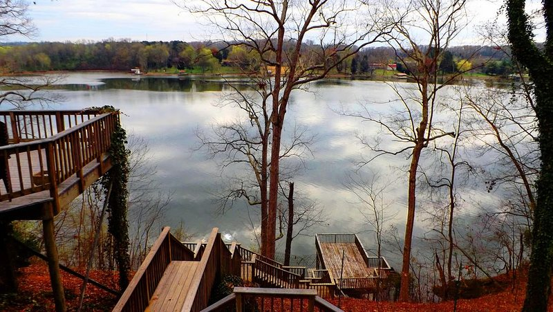 Gorgeous Lakefront Log Home w/ Pool & Boat Dock on 3 Fenced Acres! Dogs Welcomed, holiday rental in Rockwood