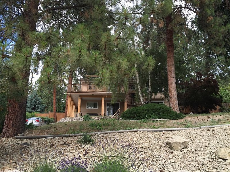 Cozy house in the shade of pines with Lake and Mountain view, holiday rental in Kelowna