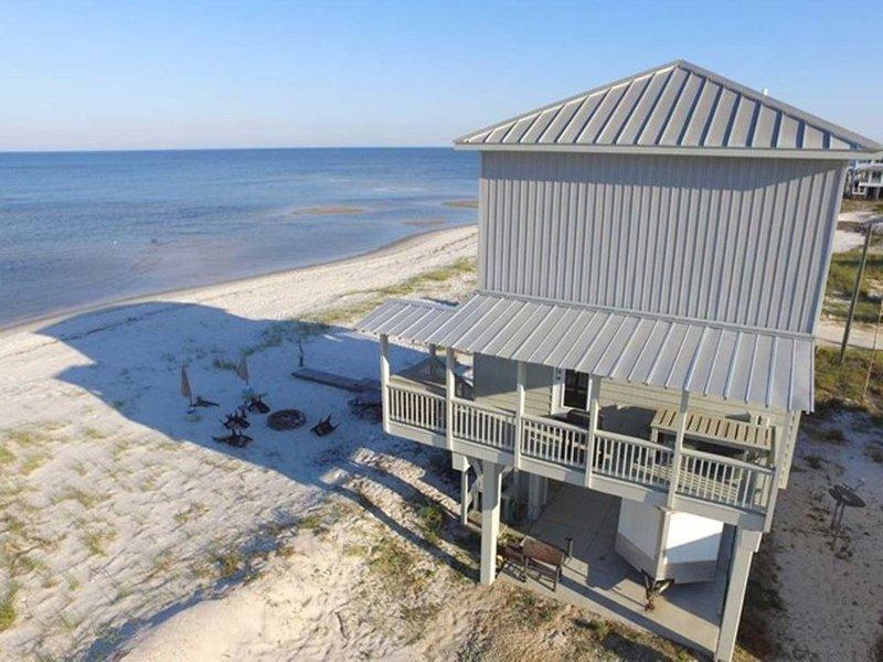 Huset ligger precis vid stranden