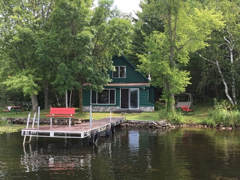 Cozy Lakefront Cabin w/ canoe, hammock, fire-pit & grill! Perfect group getaway, casa vacanza a Cumberland