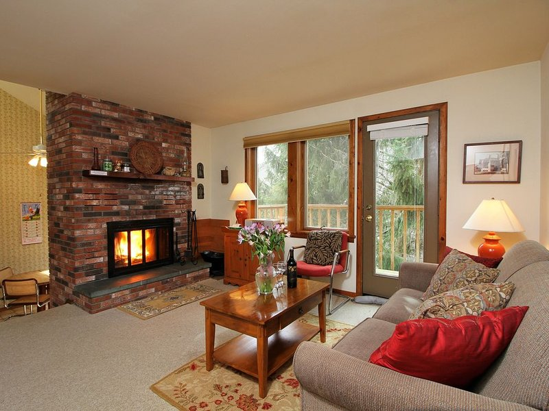 Spacious 1 bedroom w/loft Northside located across from Pico Mountain!, holiday rental in Stockbridge