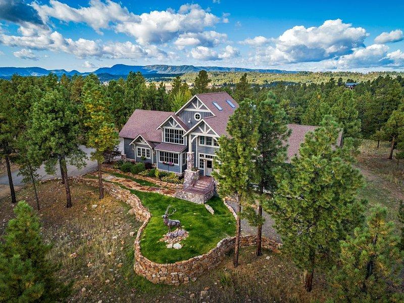 Luxury home w/amazing mountain views, sauna, deck, fireplaces & kids' play loft!, alquiler de vacaciones en Pagosa Springs