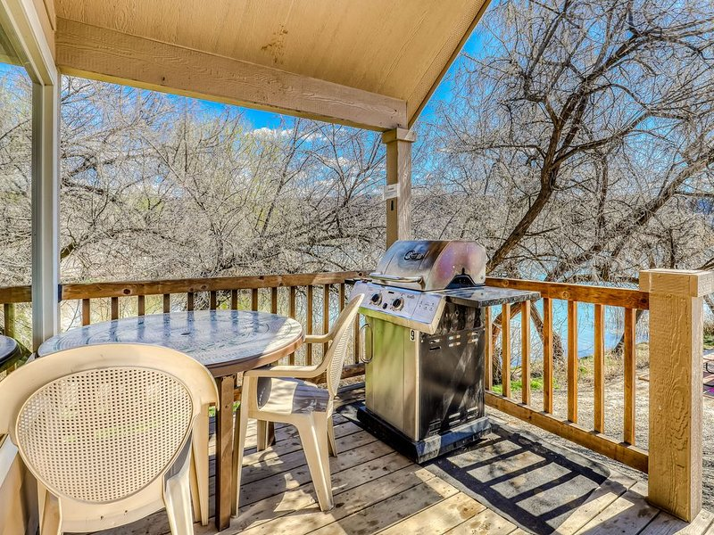 Beachside cottage on Banks Lake w/ private BBQ & shared dock/marina!, location de vacances à Electric City