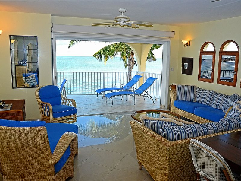 Beachfront Condo w/pool~ Simpson Bay St Maarten~Rent as 1 or 2 BR~Entire 2nd fl – semesterbostad i Simpson Bay