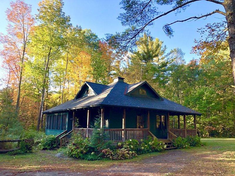 A quiet, private retreat along a babbling brook in the Adirondack High Peaks, location de vacances à Keene