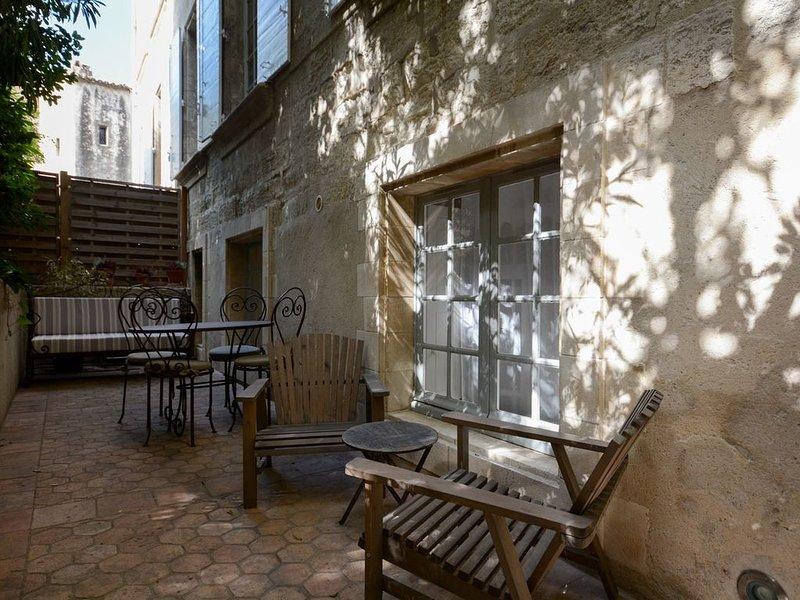 Charme 2 pièces au pied du palais, calme , terrasse arborée, vacation rental in Avignon
