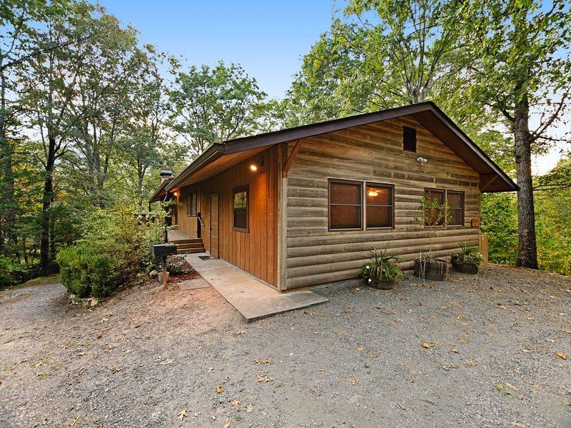 Rustic cabin with deck, picnic table & hot tub - recreation room in basement!, holiday rental in Whittier