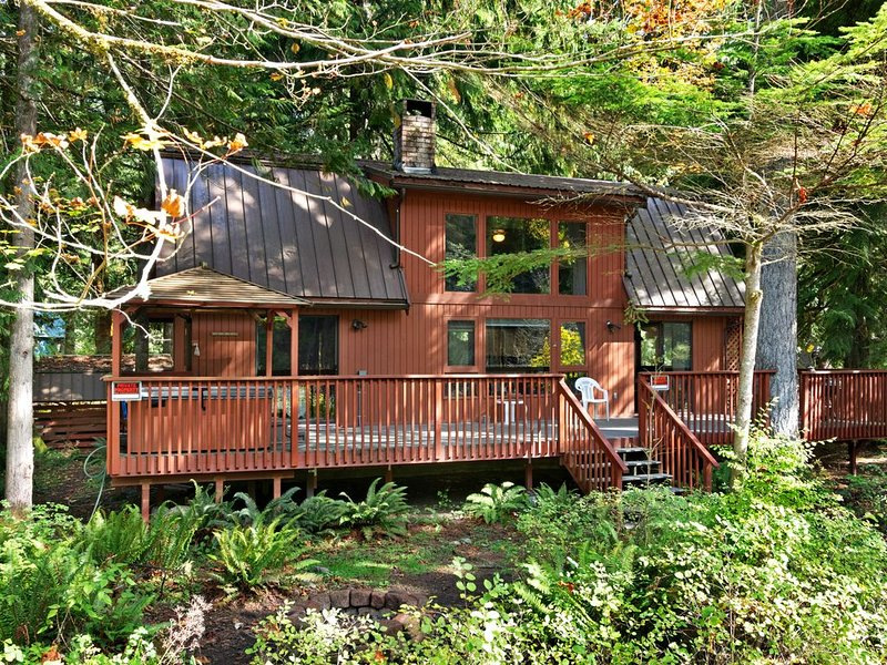 Riverfront Mountain Cabin w/ Private Hot Tub & Wonderful Views - Dogs OK!, alquiler de vacaciones en Index