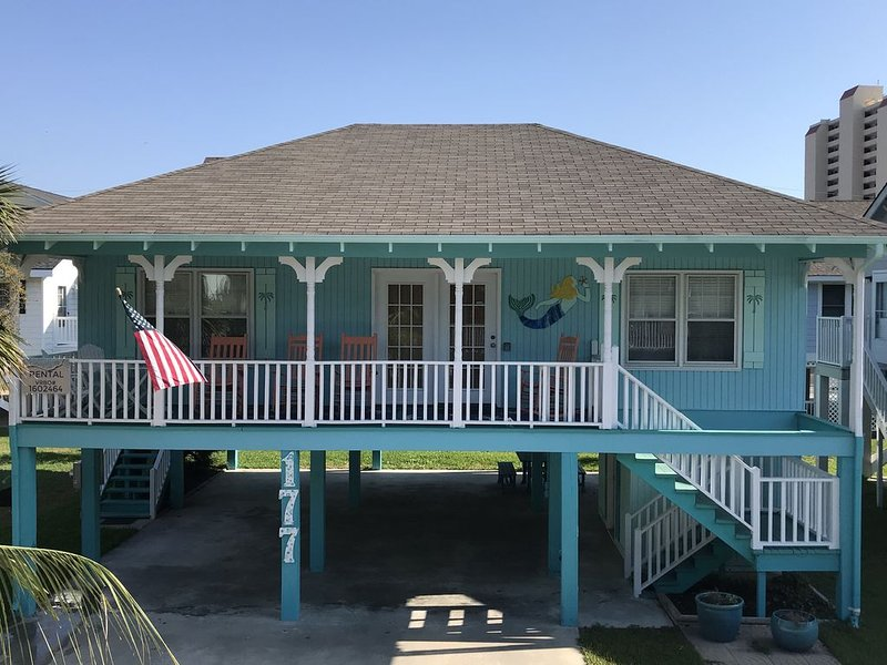 Cozy Beach House-Just Steps From Beach!, location de vacances à Murrells Inlet