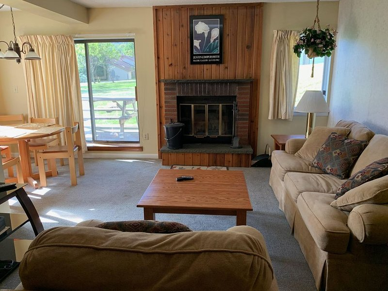 Great Location at Mount Snow, Free Shuttle, Pool/Hot Tub, aluguéis de temporada em West Wardsboro