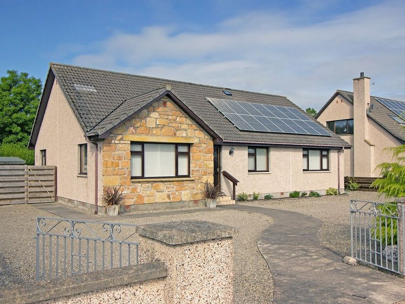 Spacious 3-bedroom Holiday Home in the Heart of the Highlands., vacation rental in Tain