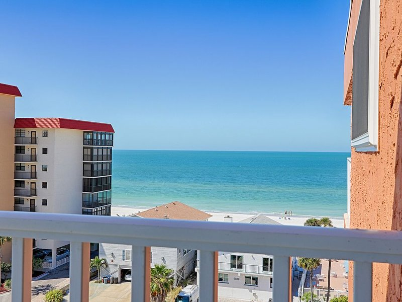 Newly Renovated Penthouse. See video (Pic. 3). Also see VRBO 576444, alquiler de vacaciones en Redington Shores