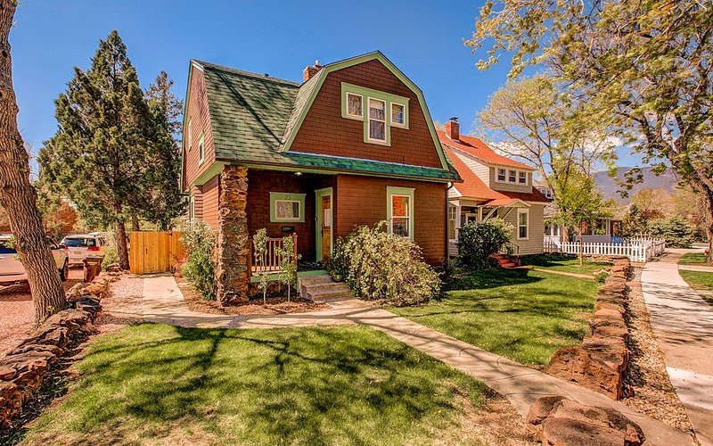 DOWNTOWN VICTORIAN WITH HOT TUB!, vacation rental in Colorado Springs