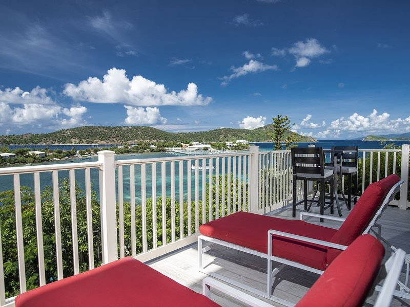 Luxury/Views! Wrap around balc. Lower $ available for longer stays. B32, Ferienwohnung in Smith Bay
