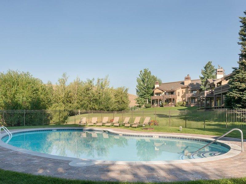Cozy, dog-friendly condo w/ access to shared seasonal pools, hot tubs, & more!, aluguéis de temporada em Sun Valley