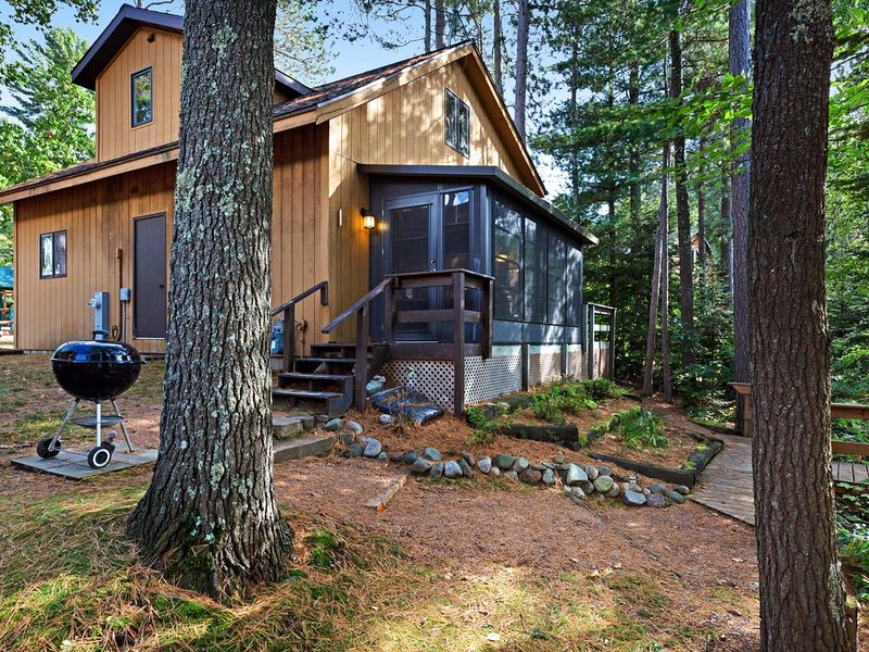Family-friendly lakefront cabin with private dock and one of kind views, location de vacances à Presque Isle