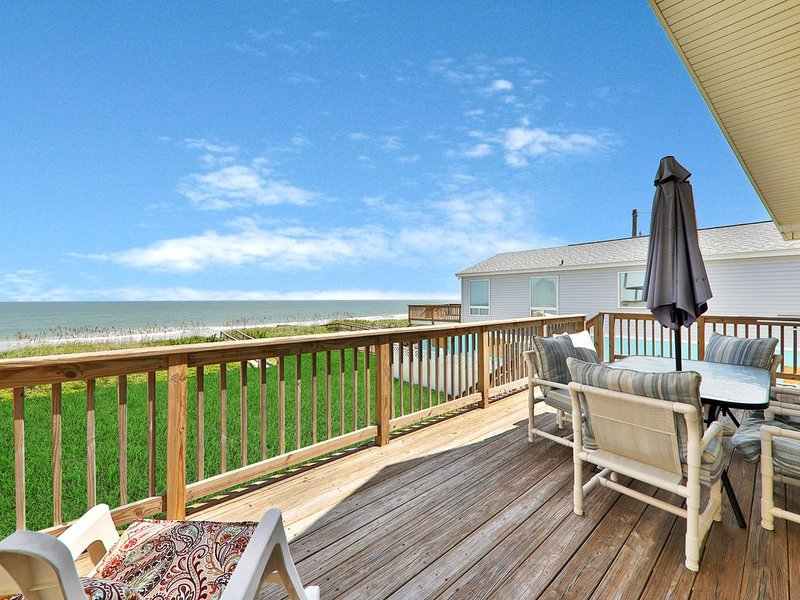 Oceanfront home w/ two kitchens, furnished patio & balcony, & beach access – semesterbostad i Vilano Beach