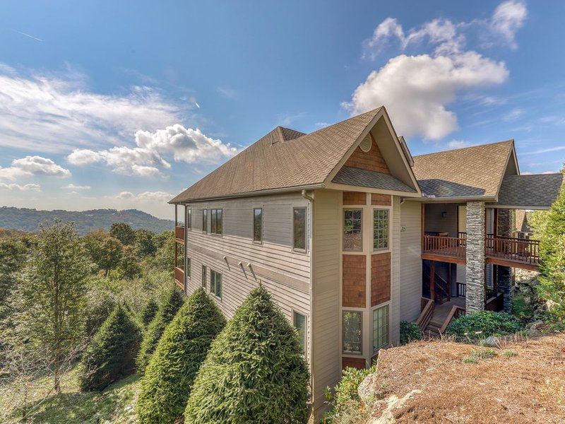 Deluxe condo w/gourmet kitchen, covered balcony & beautiful views, holiday rental in Sugar Mountain