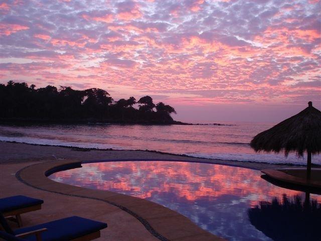 200 ft Oceanfront, Sleeps 18, Private, Cook, Service, Swim up bar, jacuzzi, aluguéis de temporada em Chacala