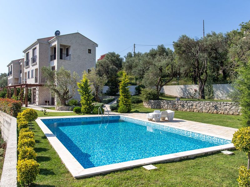 Townhouse Virginia with big yard and pool in a quiet place, casa vacanza a Rezevici