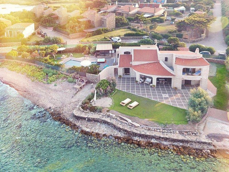Bellissima Villa indipendente con piscina e idromassaggio esterno, vacation rental in Stintino