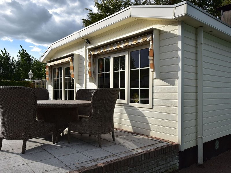 Modern Holiday Home in Kaatsheuvel with Jacuzzi, holiday rental in Loon op Zand
