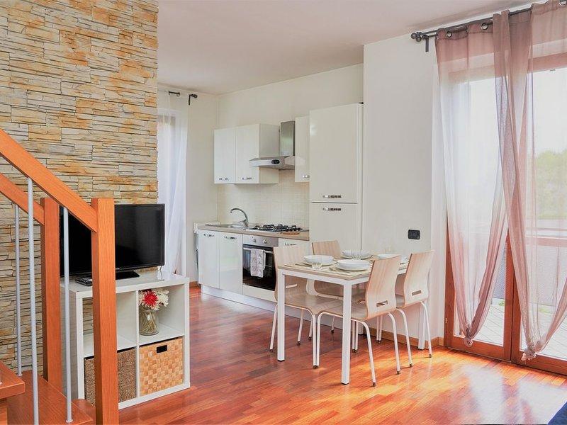 Ampio appartamento su due piani in zona ben collegata, con box e lavatrice, holiday rental in Sorisole