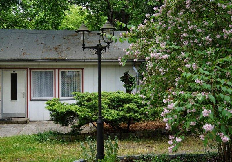 Doppelhaushälfte Bungalow 3 in Waldrandlage am See, holiday rental in Atterwasch